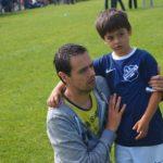 サッカーをしている親子