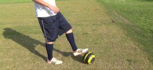 左足でボールタッチ
