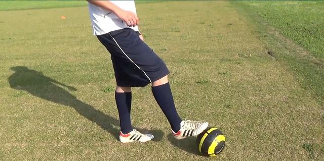 右足でボールタッチ