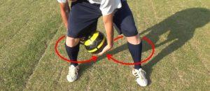 ボールフィーリング:8の字で足の周りをボール回し(反対回し)