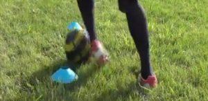 左足のアウトサイドを使ったドリブル