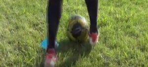 右足のインサイドを使ったドリブル