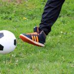 サッカーでパスしているところ