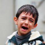 泣いている少年