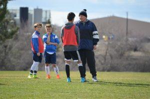 コーチンしている監督と選手