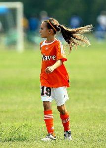 堂々とプレーするサッカー選手のイメージ