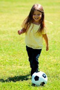 初めてサッカーをする女の子