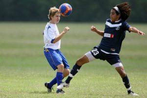 女子サッカー、ヘディングのシーン