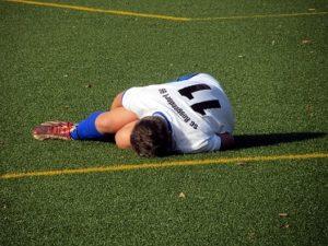 サッカー選手が怪我した様子