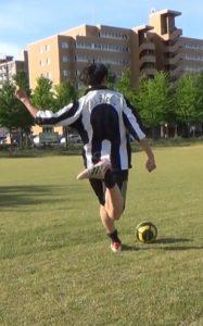 「アウトサイドでのロングキックの蹴り方」解説用画像1:足の振り方