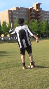 「アウトサイドでのロングキックの蹴り方」解説用画像2:足の当て方