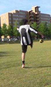 「アウトサイドでのロングキックの蹴り方」解説用画像3:フォロースルー