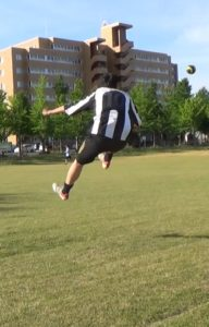 「アウトサイドでのロングキックの蹴り方」解説用画像4:フォロースルーと軸足
