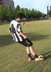 「ロングキックの蹴り方」解説用画像2:ボールへの足の当て方