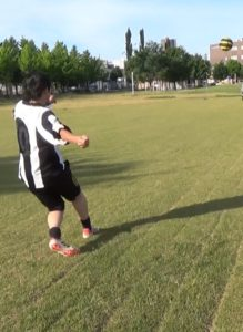 「ロングキックの蹴り方」解説用画像3:ボールに足を当てた後のフォロースルー