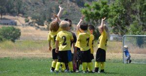 黄色いユニフォームを着ているキッズのサッカーチームの写真