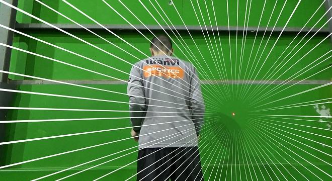 レーザーポインターを使ってゴールキーパーの練習をしている風景写真