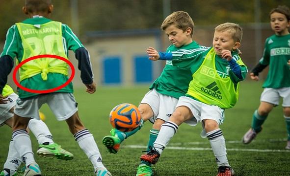 子供のサッカービブスの裾の画像:pixabeyより引用したものをサカボンによる編集