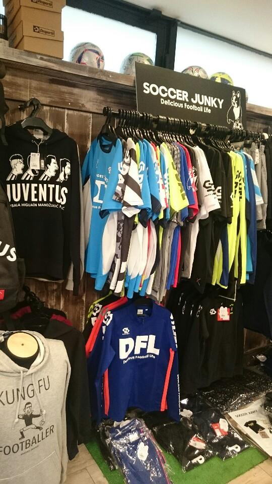 サッカー&フットサルショップ「FreeStyle」の店内:入口から左